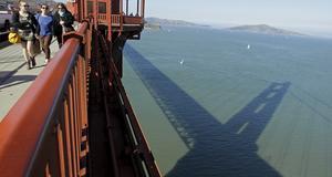 Golde Gate-brons skugga faller över San Fransisco-bukten.