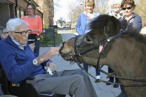 Mest uppskattat var nog besöket av ridklubben. 19-årige Lille John hälsar på 100-årige Martin Larsson.