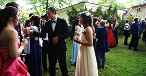 solen strålade på eleverna. Herrgårdsparken i Hofors fylldes på onsdagskvällen av Björkhagsskolans sistaårselever som samlats för sin studentbal.