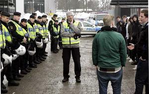 Gymnaisterna fick agera folksamling när polisen övade på torsdagsförmiddagen.
