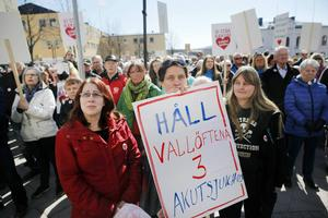 """De vårdanställda i länet kräver en ny inriktning på vården i uppropet """"Slut på rean – en annan vård är möjlig"""". Så här såg det ut på torget i Härnösand vid demonstrationen i april i år för att rädda kvar Sollefteå som akutsjukhus."""