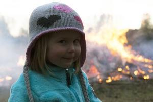 Det var fyraåriga Adelia Fahlströms första Valborgsfirande på hembygdsgården, men inte den sista får vi förmoda. Hon tyckte om elden.– Det är fint att den är gul.