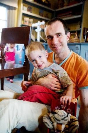 Andreas Engkvist är hemma med Viktor, 2 år. Även mamma Maria är hemma samtidigt då lillebror Erik bara är fem månader.