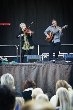 Duon Algot, bestående av Magdalena Eriksson och Mattias Mårtensson från Gottne respektive Östansjö, släpper sin hyllade debutskiva i februari.