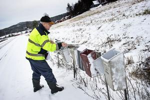 Kjell Blomqvist hittar sitt brevlådelock liggandes i snön nedanför de illa medfarna brevlådorna. Tidning och post blir blöta av snön.