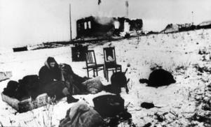 Utbombad rysk familj på östfronten. Civilbefolkningen i Sovjet utsattes för enorma lidanden under kriget.   Foto: APN/TT
