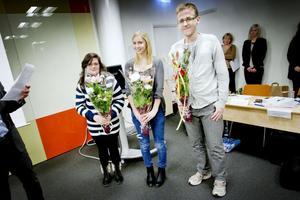 Sara Karim, Julia Lund och Joel Wicklund fick pris för sitt arbete med att kartera lavar, Ylva Gullberg saknas på bilden.