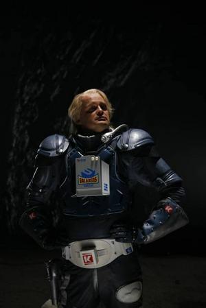 Kenny Starfighter (Johan Rheborg) åker till Jorden för att rädda Pontus och Miranda undan prisjägarna. Foto: Göran Hallberg