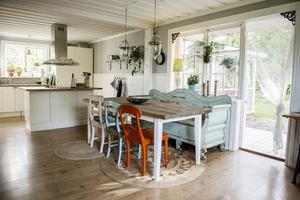 Köket har renoverats i ljusa färger och matgruppen har handlats på loppis vid olika tillfällen.