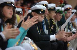 Förutom betyg fick eleverna varsin blomma och ett balfotografi. I år tog rekordmånga 72 stycken studenten vid Höghammarsskolan i Bollnäs. Eleverna kommer från hela landet.