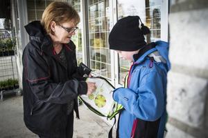 Lilian Sörberg passar på att köpa några majblommor.