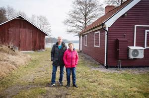 Stig och Reine Andersson promenerar ofta på vägen längs Långsjön, mellan ladan och den gamla tvättstugan. De gillar inte kommundelsnämndens beslut som äventyrar vägens framtid.
