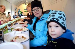 Elias Broström, sex år och mamma Helen Broström passade på att äta kolbullar när republiken Jamtlands nationaldag firades i Rissna.