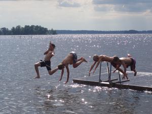 Kusinerna Isaksson hoppar från bryggan i Dåwö.