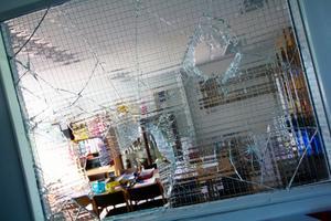 Vandalism på Eldsbodahuset. Tjuvarna använde brandsläckare för att slå¨in rutor.