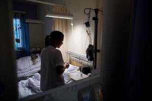 Ofta ligger manliga och kvinnliga patienter på en två-sal med bara en skärm emellan. Den som ligger närmast dörren ser inget fönster.    Foto: TT