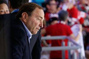 Gary Bettman är inte allt för villigt inställd till att släpa NHL:s spelare till OS nästa år.
