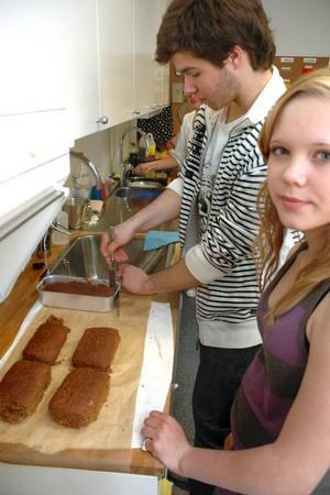 NYBAKT. Mollie Petersson och Robin Hammar har precis tagit ut brödet de bakat. Brödet ska säljas på vårmarknaden.