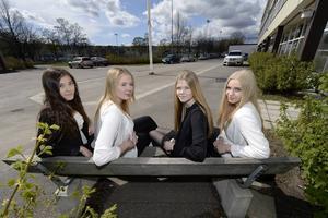 Tjejerna från Åkersviksskolan ordnar på söndag ett välgörenhetslopp för lekterapin. Från vänster är det Moa Mikaelsson, Natalie Eriksson, Celina Byrén och Maja Nyberg. Saknas på bilden gör Cassandra Åström.