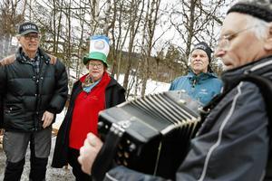 Margita Gustafsson är ordförande i hembygdsföreningen som arrangerar firandet. Till höger är Per-Henrik Boije som underhöll publiken på dragspel.