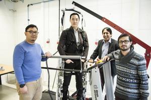 Indrawibawa Nyoman, Chanki Kim, Gurvinder Virk och Usman Haidar har i tre år jobbat med ett par robotben som kan hjälpa dig att gå när kraften och balansen sviker.