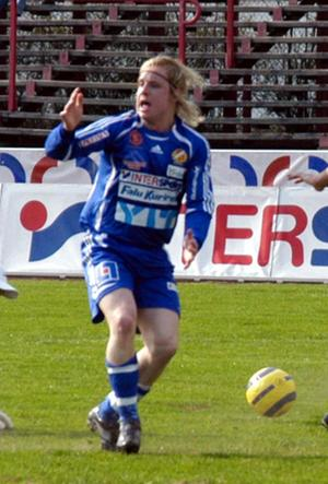 Borta. Det är oklart om och när Patrik Bergström kan spela fotboll igen. Igår var knät för vätskefyllt för att gå att röntga. Och FK jagar fler forwards.