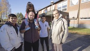 """68 asylsökande kom i onsdags till Riddarhyttans gamla skola, varav ett 20-tal är barn. De flesta flyktingarna är från Syrien eller Afghanistan. """"Folk i Riddarhyttan är snälla och visar mycket respekt"""", säger syriern Mohammed Farhat (tvåa från höger). Sharif Tarek (i skjorta), också från Syrien, är glad att vara i säkerhet men har två barn kvar i hemlandet."""
