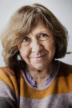 Årets Nobelpristagare har fått många bevis för att hon är läst och älskad på hemmaplan. Nästa vecka tar Svetlana Aleksijevitj emot Nobelpriset i Stockholm.