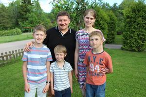 Pappa Vasyl, mamma Iryna, sönerna Roman 11, Marko 7 och Oleg 10 får stanna i Sverige. När bilden tas vet ännu inte familjen Derun att Migrationsverket har beslutat att ge dem uppehållstillstånd. De ler ändå. De blödarsjuka sönerna har fått vård under asyltiden och mår bättre. Roman och Oleg kan ses som friska, om de fortsätter ta sprutor, livet ut. Uppehållstillståndet gör att ävenminstingen Marko kan få långsiktig hjälp mot smärtor och blödningar i lederna.