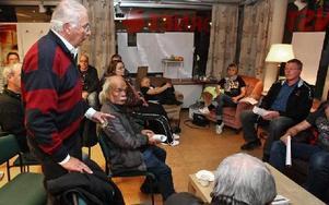 Lars-Erik Skoglund, ordförande för Ofa, förklarar att partiet vill fortsätta ett valtekniskt samarbete med Vänstern. De båda partierna får då nio mandat.-- Ofa hör till arbetarrörelsen, säger Leif Lindström (V), till höger i bild.Foto: JOHNNY FREDBORG