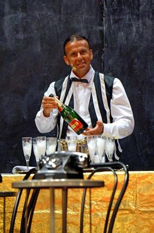 Åke Rylander spelar bland annat bartender och tulltjänsteman. Cabaret är hans tredje musikal med musikteatern.