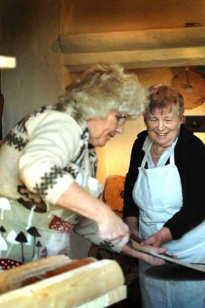 Bagar-GLÄDJE. Britt Pagard och Britt Pettersson hjälps åt i baket av det speciella, knapriga Ullfors-brödet.