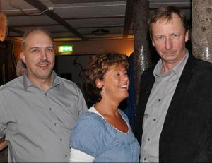 Både åkaren Hans Wikman, Hammarstrand, och skogsentreprenören Christer Backlund, Höglunda flankerar gärna Gunilla Backlund.