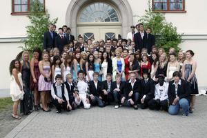 Stenhamreskolans samtliga avgångslever samlade till gruppfotografering.