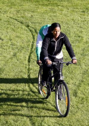 Nigsty Semere får hjälp av Mussie Haile när hon ska lära sig att cykla. I hemlandet Eritrea ansågs det olämpligt med kvinnor som cyklade.