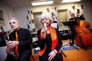 Det är svårt att inte rysa när Kerstin Wiklund sjunger.Rolf Dalesten har tagit en paus i klarinettspelandet och lyssnar till Kerstins ljuva stämma.