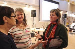 Fortfarande ivriga EU-motståndare. Eva-Britt Svensson (V), Gunilla Blix och Kerstin Hylén i en livlig diskussion om medlemskapets baksidor.
