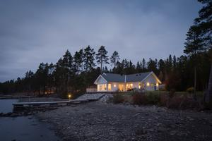 Huset ligger vid Storsjön och har en egen brygga. Foto: Tobias Nykänen, Husfoto