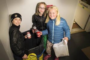 Hanna Nyström, Elsa Simas och Hilda Bengtsson samlar pant för att ge pengarna till Barncancerfonden. Här tömmer redaktionens låda för tomma flaskor och burkar.