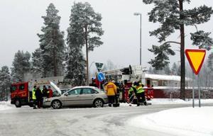 Personerna i bilarna behövde inte föras till sjukhus efter krocken i korsningen Vallaleden-Önevägen.Foto: Henrik Flygare