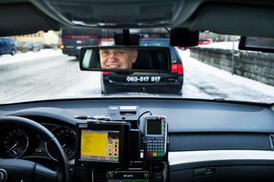 Det är mycket mobilnätsberoende teknikprylar i en taxibil; mobil, betalterminal och den stora skärmen som sköter all kontakt med trafikledningen.