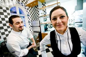 Syskonen David och Zero Albayrak såg sina föräldrar jobba tillsammans i restaurangen när de var små. Nu driver de själva en restaurang vid Teaterplan. Och här liksom hemma är det storasyster som fortsätter att bestämma.