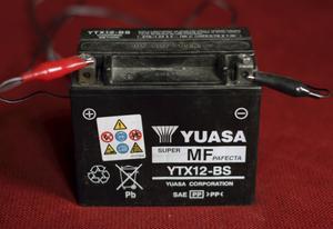 Ladda batteriet: Om du inte har skött batteriet under vintern är det kanske så dåligt att det inte ens orkar dra igång startmotorn. Ladda det. Och kolla vätskenivåerna, om du har en sådan typ av batteri.