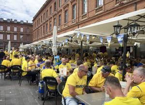 Svenska fans laddar på Place du Capitole i Toulouse inför gruppspelsmatchen mellan Italien och Sverige i fotbolls-EM i Frankrike.