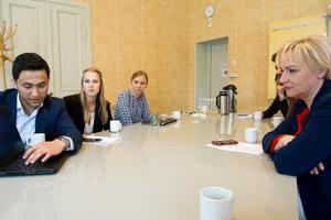 Mustafa Al-Janabi, från Falun, visar upp sitt skolprojekt för ministern Helene Hellmark Knutsson.