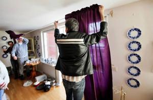 Det mesta i lägenheten är till salu, även gardinerna. Är syskonen inte nöjda med budet så märker man artikeln med priset och så får andra möjlighet att buda över.