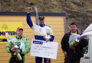 Peter Karlsson höjer näven efter segern i Norge. Till höger trean Andreas Dahlberg, Mora, och till vänster tvåan Magnus Hermansson.Foto: Bringåsen Racing