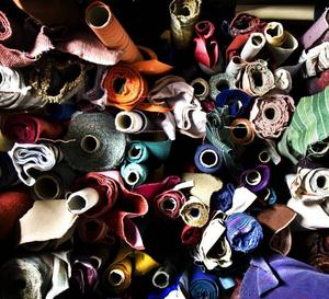 STUVAR. Det finns gott om tyger att välja mellan hos Winder tapetseringsverkstad.