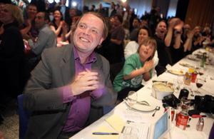 Rick Falkvinge reagerar på Piratpartiets fina siffror i första prognosen under Piratpartiets valvaka på KTH i Stockholm på söndagen. Falkvinge är partiets förstanamn i valet till EU-parlamentet.
