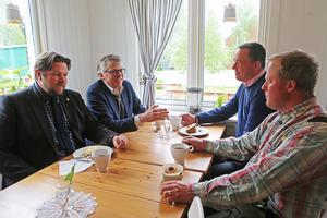 Till vänster Johan Hedin och Per Åsling från Centerpartiet. Till höger Mats Ericsson och Axel Olsson